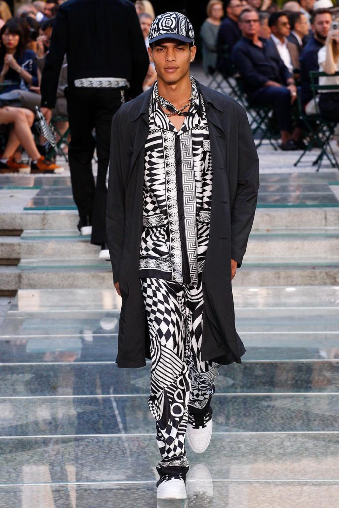 Versace Milan Fashion Week Men's Spring Summer 2018 - Sagaboi - Look 39